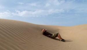 Chrille slappar i en sanddyna