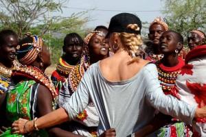 Mia dansar med lokala kvinnorna